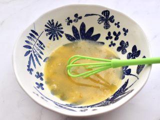 黑芝麻磨牙棒,所有的食材,用手动打蛋器混合搅拌均匀。
