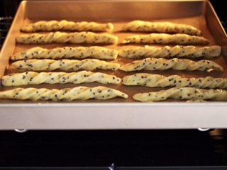 黑芝麻磨牙棒,烤箱提前170度预热10分钟后,把磨牙棒胚放入烤箱,上火165度,下火170度烤制15分钟左右,具体时间根据自己家的烤箱脾气定制哟。