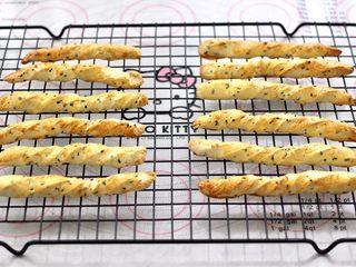 黑芝麻磨牙棒,烤好的磨牙棒,取出放到架子上,凉凉即可常温下密封保存。