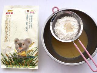 香葱苏打饼干,把金龙鱼麦芯小麦粉过筛,加入酵母。