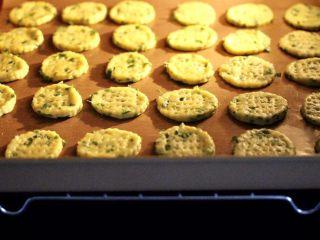 香葱苏打饼干,烤箱提前180度预热10分钟后,放入饼干胚。