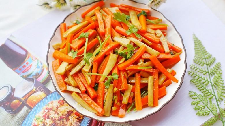 杏鲍菇炒胡萝卜,出锅盛盘。