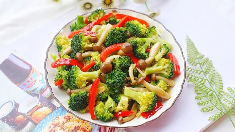 西兰花炒菌菇,出锅盛盘。