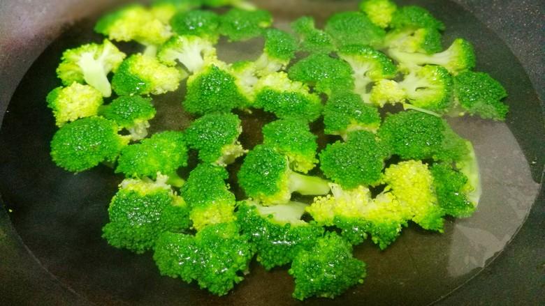 西兰花炒菌菇,西兰花焯水1分钟。