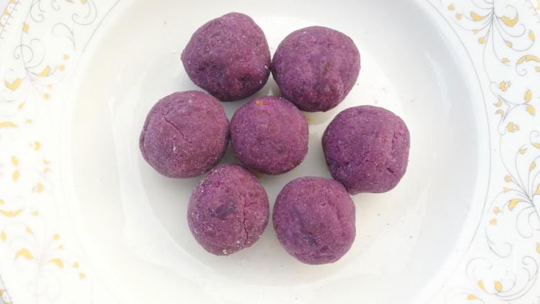 南瓜紫薯饼,搓成大小均等的圆球。