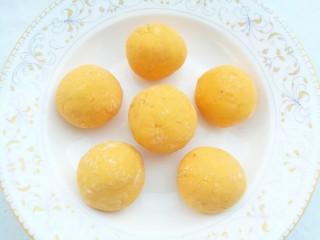 南瓜紫薯饼,将南瓜揉成面团分成6份揉圆后压扁。