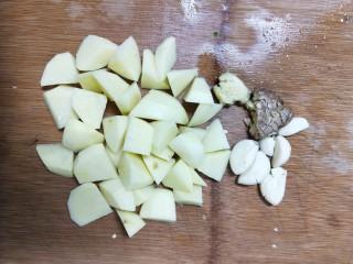 牛肉酱烧土豆,青红椒和其他配料备好,土豆去皮切滚刀块。