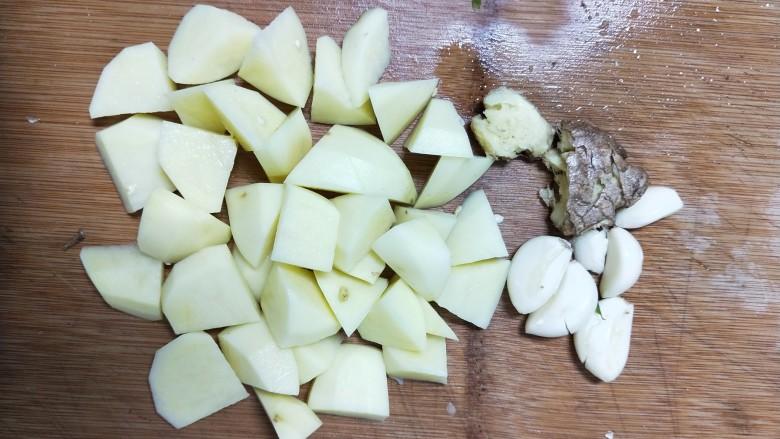 牛肉酱烧土豆,青红椒和其他配料备好,<a style='color:red;display:inline-block;' href='/shicai/ 23'>土豆</a>去皮切滚刀块。