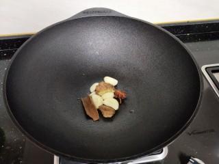 牛肉酱烧土豆,放入大料用油煸炒。