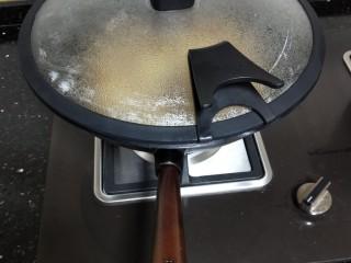 牛肉酱烧土豆,盖上锅盖炖煮