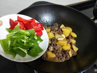 牛肉酱烧土豆,后将青红椒放入煮一分钟