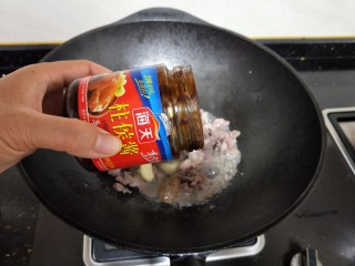 牛肉酱烧土豆,放入柱候酱,少许盐和适量的水煮