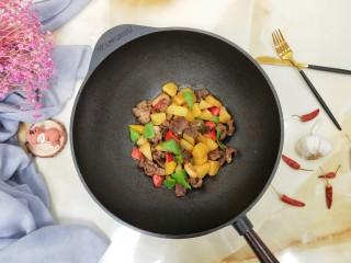 牛肉酱烧土豆,最后下蚝油翻炒均匀起锅