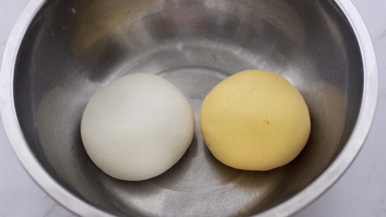 双色花卷,再把剩下的125克麦芯小麦粉,加65克温水和成面团,把两块和好的面团,盖上保鲜膜开始醒发。