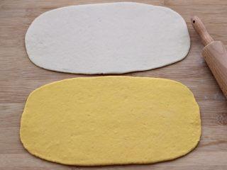 双色花卷,用擀面杖把两块面团,擀成一块尽量大的长方形薄面片。