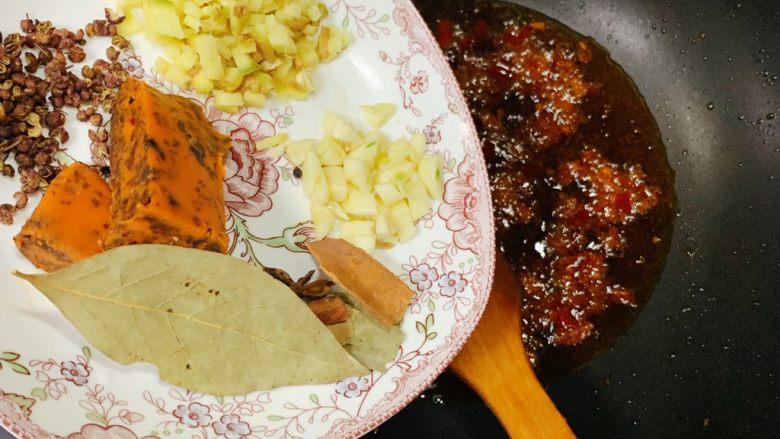 家庭版水煮肉片,炒出红油后加入姜蒜香料、火锅底料