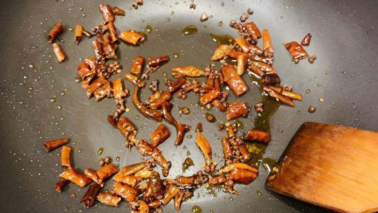 家庭版水煮肉片,干辣椒和干花椒小火慢炒,炒香炒脆,微微发黑即可(灵魂刀口辣椒)