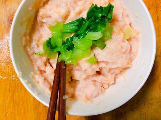 宝宝藕夹肉,把上海青切碎放入搅拌均匀