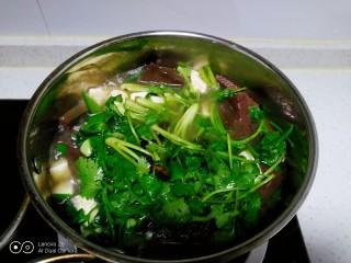 猪血、豆腐、粉丝、扁豆丝汤,搅拌均匀