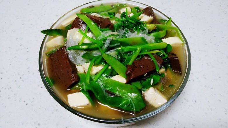 猪血、豆腐、粉丝、扁豆丝汤,盛入盘中。