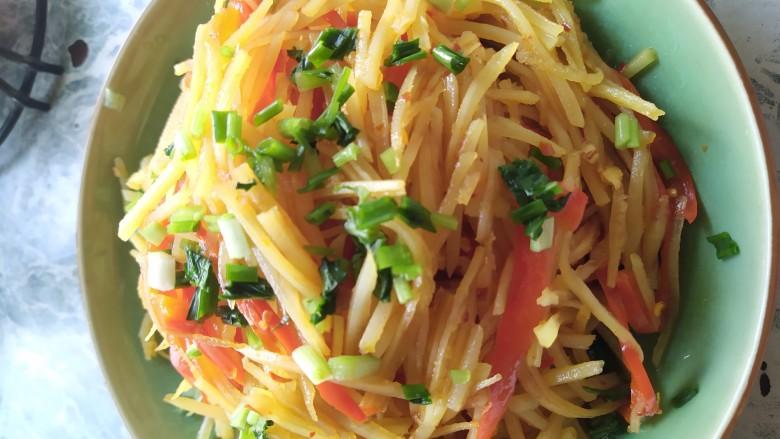 凉拌土豆丝,最后放入碗里 撒点葱花和香菜即可