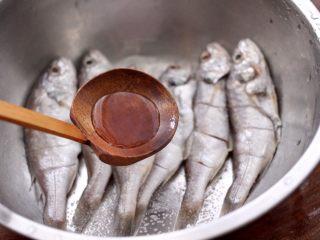 香辣孜然烤鱼,再加入料酒去腥。