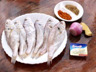 香辣孜然烤鱼,首先备齐所有的食材。