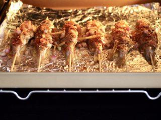 香辣孜然烤鱼,烤箱180度提前预热10分钟后,把烤盘放入烤箱中层,上下管180度烤制40分钟,烤到20分钟的时候,取出翻面再刷上一层薄薄的黄油后,撒上孜然粉和辣椒粉,继续烤制20分钟即可。