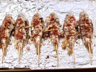 香辣孜然烤鱼,上面撒上孜然粉和辣椒粉。