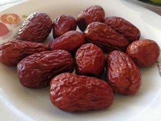 红枣馒头,红枣洗干净。隔水上锅蒸15分钟。