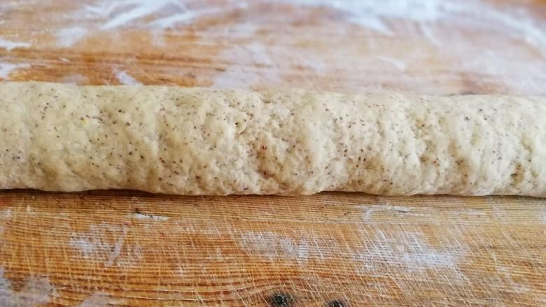 红枣馒头,面团排气揉搓成长条状。