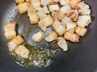 红烧肉,炒出香味和猪油后捞出,猪油和肉分开