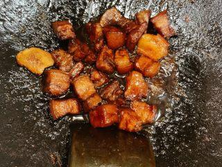 红烧肉,肉炖煮到30分钟的时候加入生抽老抽,比例3:1,在加入适量鸡精调味(咸淡自己尝一点汤汁,因为要收汁,这个时候汤有一些咸味就好了),到50分钟的时候大火收汁