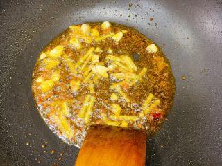 包菜炒粉条,姜蒜辣椒下锅煸香