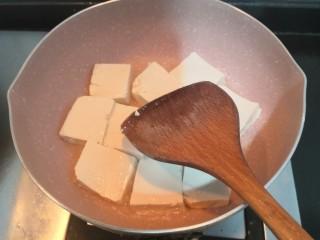 菌菇豆腐汤,煎至一面微黄,翻面再煎