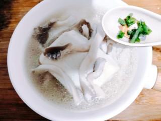 菌菇豆腐汤,把豆腐菌菇汤,盛出,洒上葱花