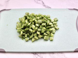 芸豆鱿鱼打卤面,芸豆摘洗干净后,用刀切成小丁。