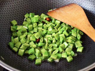 芸豆鱿鱼打卤面,这个时候加入切丁的芸豆,大火快速翻炒均匀。