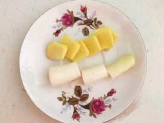 麻辣牛肚,把鲜姜切成小片,大葱切成段