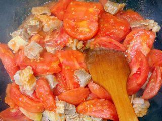 番茄炖牛腩,加入牛腩一起翻炒