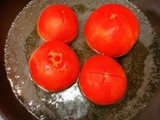 番茄炖牛腩,蕃茄轻轻切一点十字刀方便脱皮,放入开水中烫30秒,