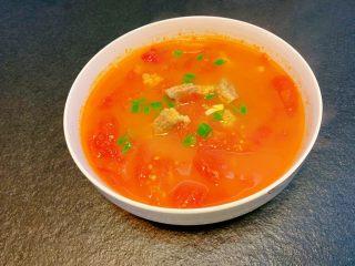 番茄炖牛腩,调味后再煮20分钟出锅装盘撒点葱花即可。时间够的同学用砂锅慢慢煲2个小时左右会更好喝哦。