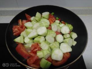 尖椒炒西红柿、丝瓜,倒入丝瓜。