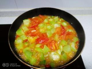 尖椒炒西红柿、丝瓜,炒至丝瓜断生