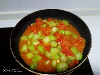 尖椒炒西红柿、丝瓜,翻炒均匀