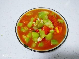 尖椒炒西红柿、丝瓜,盛入盘中