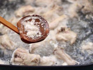 香辣土豆双椒鸡脖,大火煮沸后,撇去浮末。