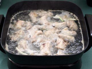香辣土豆双椒鸡脖,继续用大火煮5分钟后,捞出过冷水洗净后,沥干水分备用。