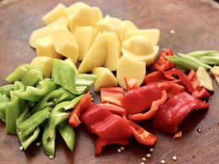香辣土豆双椒鸡脖,把去皮的土豆,用刀切成滚刀块,青红辣椒切成块,葱<a style='color:red;display:inline-block;' href='/shicai/ 37/'>姜</a>切丝。
