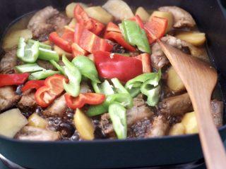 香辣土豆双椒鸡脖,加入切块的青红辣椒。